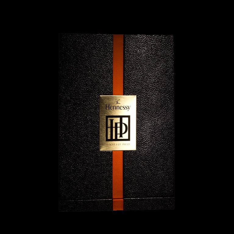 Hennessy / Plaque laiton poli, gravure sur plaque des textes avec laquage noir et vernis incolore.